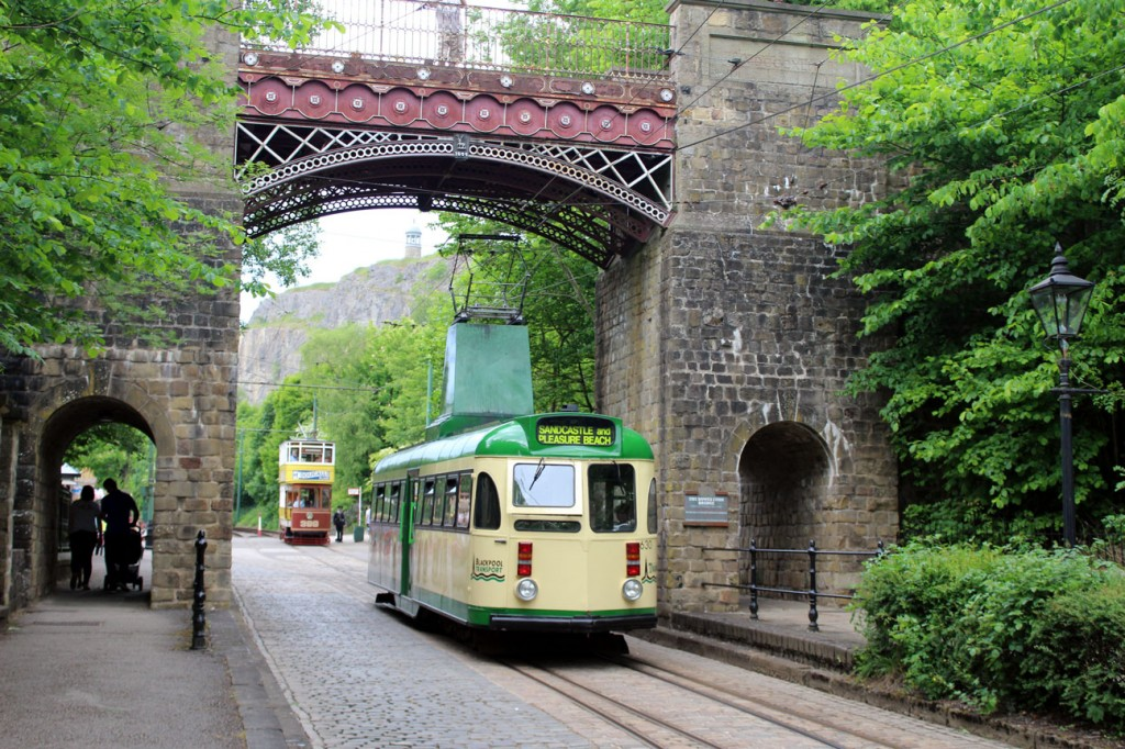 630 heads through Bowes Lyon Bridge. Leeds 399 is seen in the background. (Photographs x2 by Gareth Prior)