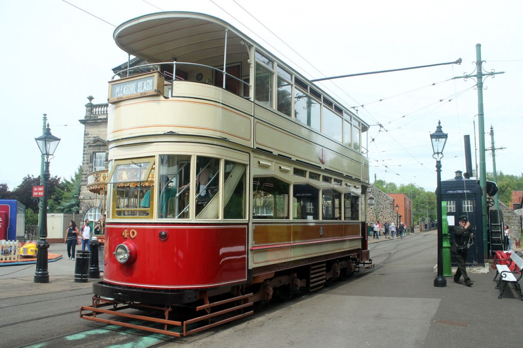 Blackpool Standard 40 has its trolley turned at Town End.