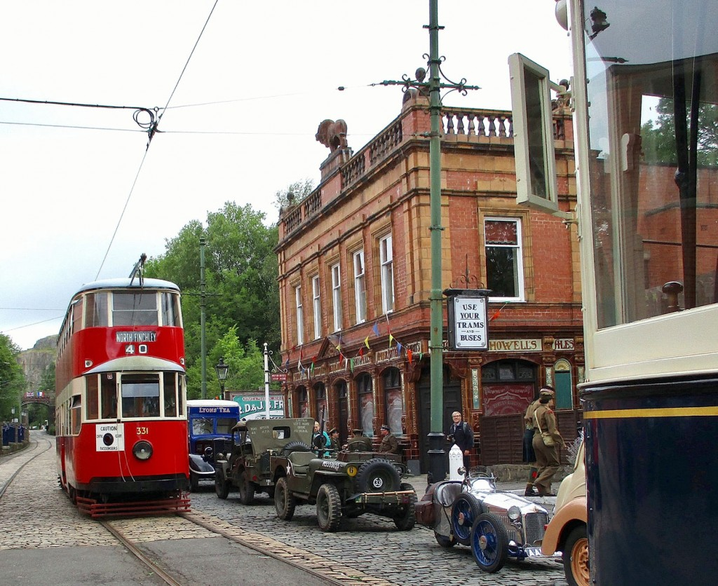 MET 331 sits outside The Red Lion with Leeds 345 also waiting for its next service. Also in this shot we see a number of period vehicles including several military style cars.
